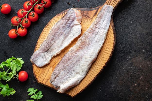 Merlu poisson pangasius frais ingrédient de fruits de mer sur la table des aliments sains