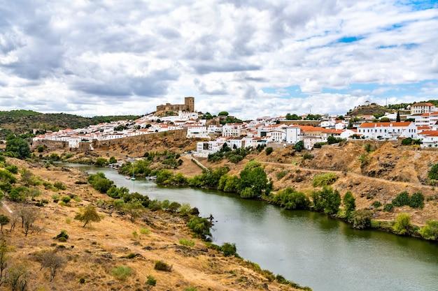 Mertola au-dessus de la rivière guadiana au portugal