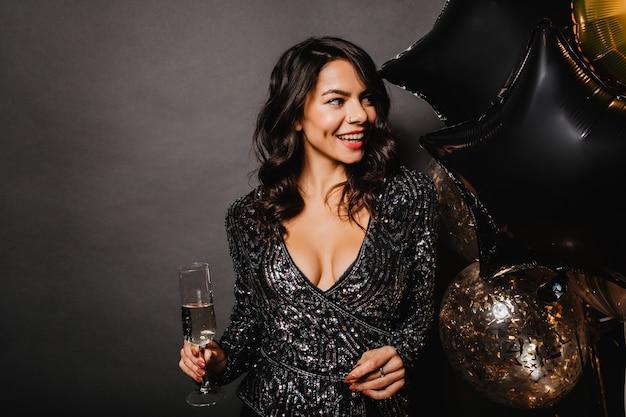 Merveilleuse femme célébrant son anniversaire
