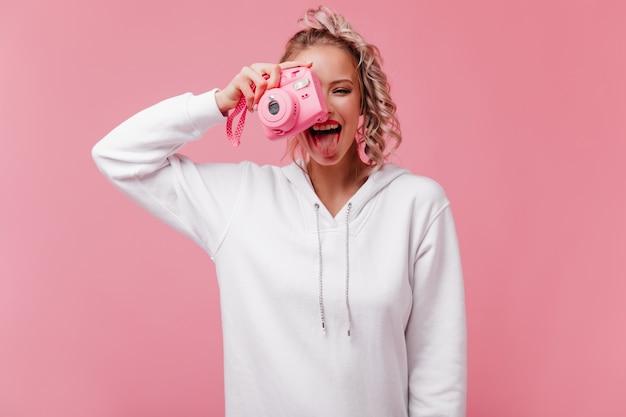 Merveilleuse femme faisant des photos avec la langue
