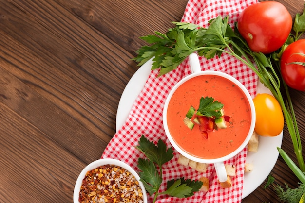 Merveilleuse soupe de gaspacho aux tomates aux herbes et aux tomates. vue de dessus. copiez l'espace.