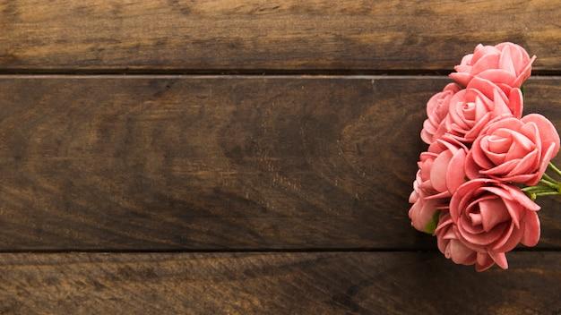Merveilleuses fleurs roses fraîches