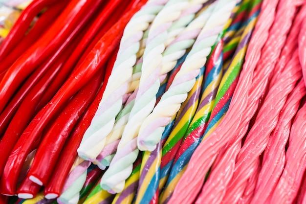 De merveilleux bâtonnets de bonbons de toutes les couleurs et de toutes les apparences