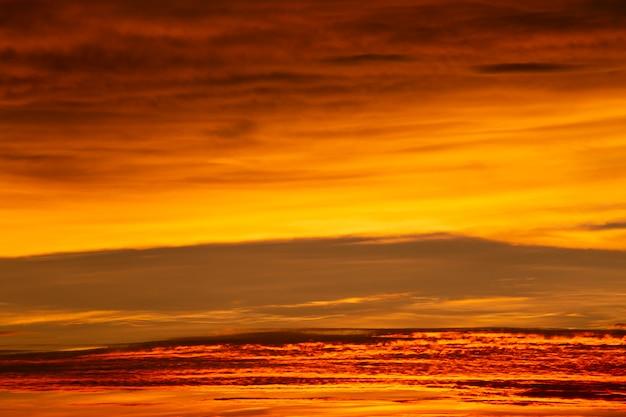 Merveilleux coucher de soleil ou fond de lever de soleil.