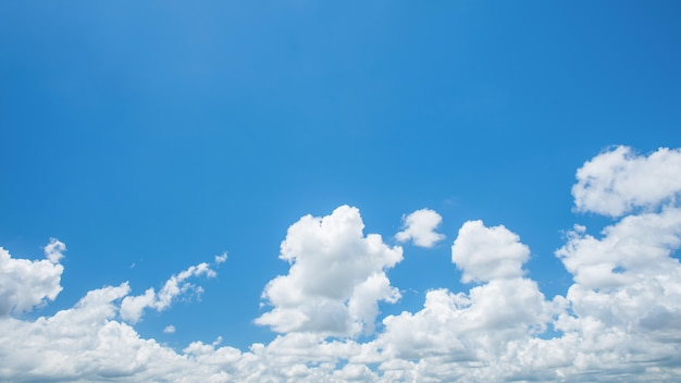 Merveilleux cumulus blancs sur ciel bleu
