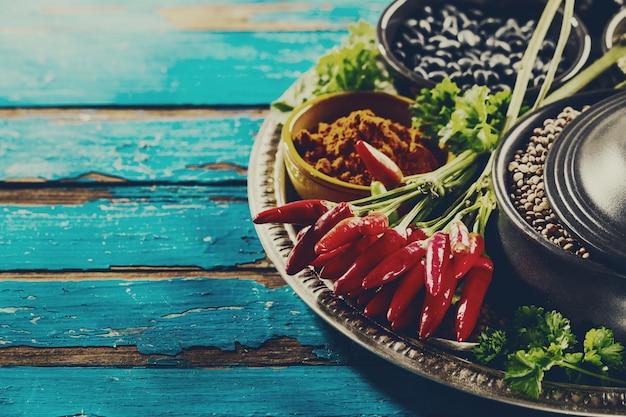 Merveilleux ingrédients appétissants épicés épiceries épicerie piment rouge chili bols noirs pour cuisiner une cuisine saine.