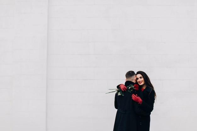 Merveilleux jeune couple avec des roses