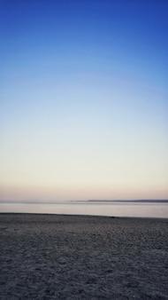 Le merveilleux océan calme pendant la soirée