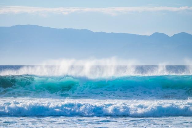 Merveilleux spectacle de la nature avec des vagues de puissance se brisant sur le rivage avec énergie