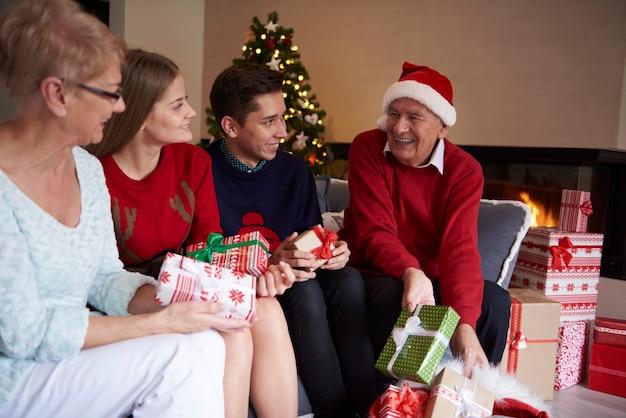 Mes enfants! c'est l'heure des cadeaux!