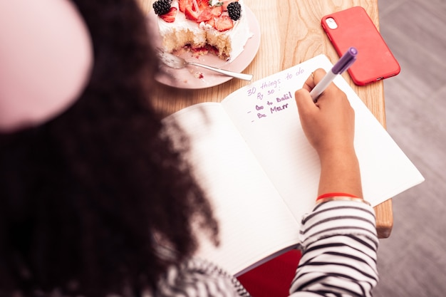 Mes rêves. vue de dessus du noté avec des résolutions d'anniversaire écrites sur papier