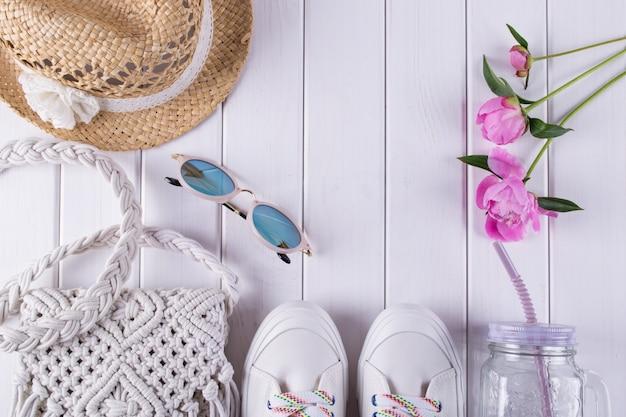 Mesdames accessoires d'été sac en macramé, lunettes, chapeau, baskets, fleurs, pot