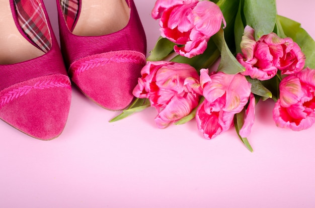 Mesdames rose chaussures à talons hauts et tulipes. femme avec espace copie, symbole de concept pour les femmes, l'amour, la saint-valentin et la journée de la femme, flou.