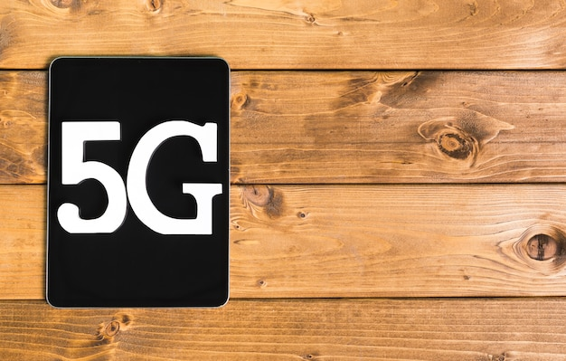 Message 5g sur une tablette moderne sur une table