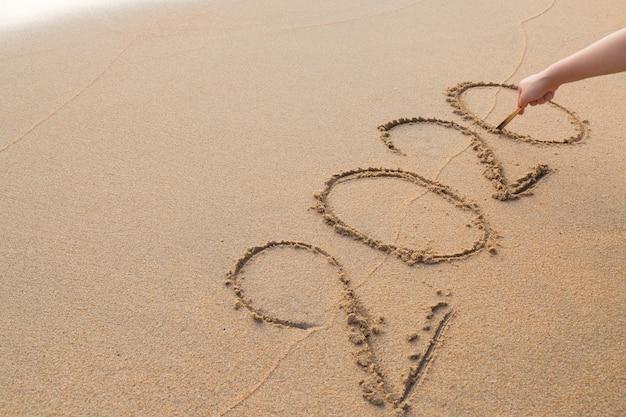 Message abstrait année 2020 écrit sur fond de sable de la plage