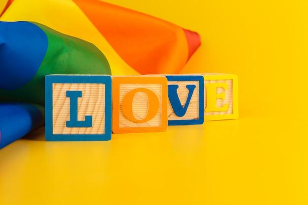 Message d'amour sur un drapeau gay pride lgbt