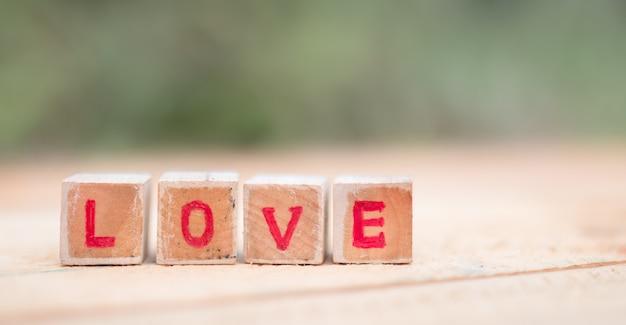 Message d'amour écrit en blocs de bois.