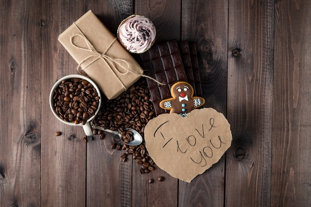 Message d'amour sur la table avec des grains de café torréfiés