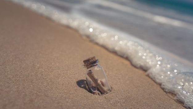 Message en bouteille sur la plage tropicale