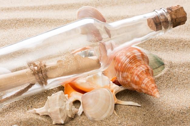 Message en bouteille sur la plage.