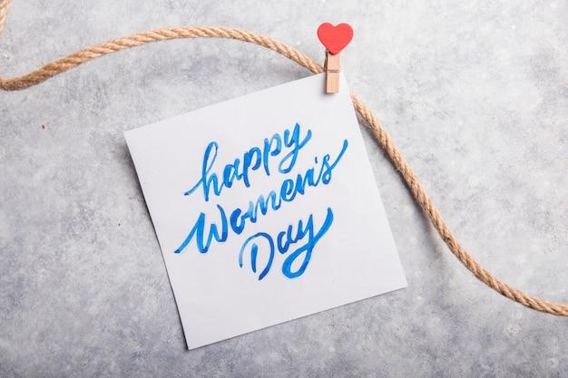 Message de carte avec happy women day sur table grise