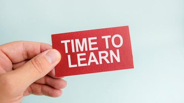 Message sur la carte le temps d'apprendre, entre les mains d'un homme d'affaires.