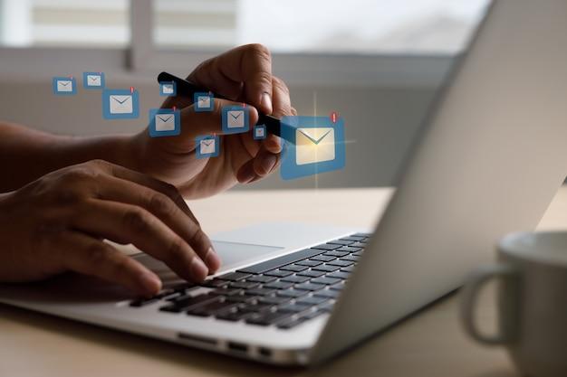 Message de connexion de communication par courrier aux contacts de mailing global letters concept
