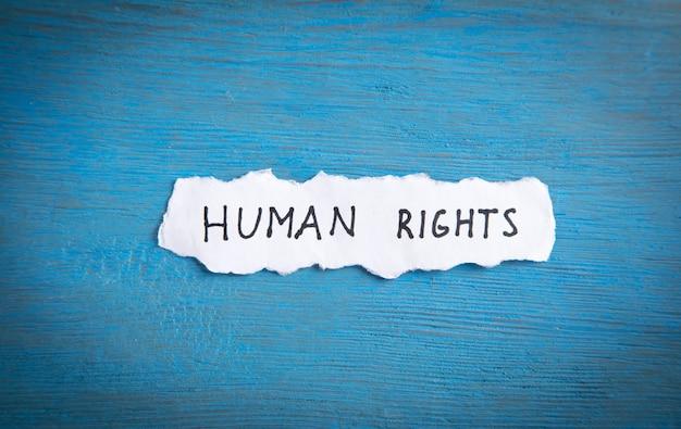 Message des droits de l'homme sur le fond bleu.