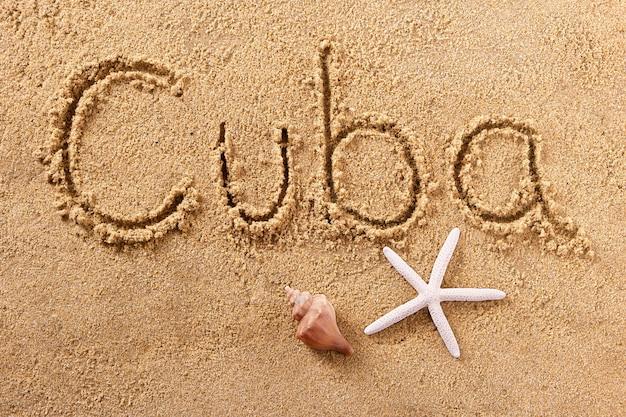 Message écrit sur la plage d'été à cuba