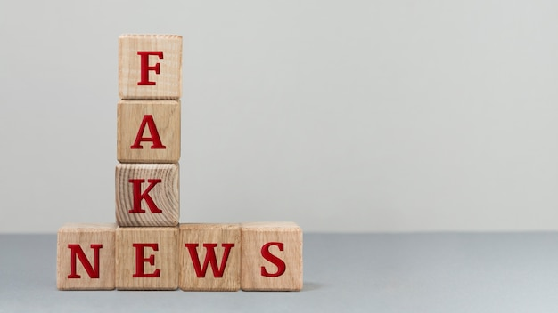 Message de fausses nouvelles sous un angle élevé