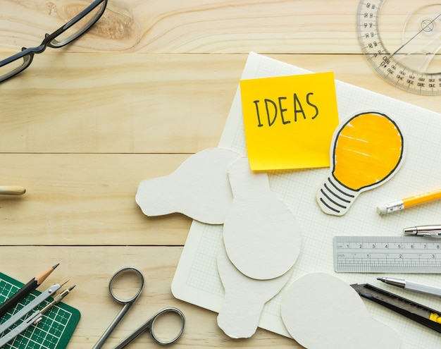 Message d'idées sur le bloc-notes sur la table de travail avec des éléments d'outils, d'équipement.création de conception de décoration et de concepts faits à la main