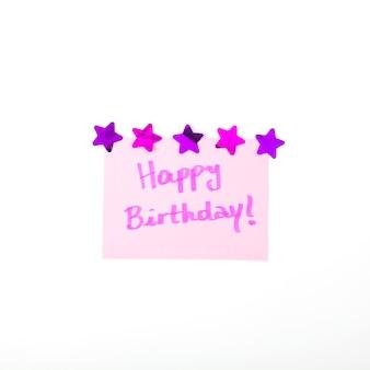 Message de joyeux anniversaire décoré avec forme d'étoile sur fond blanc