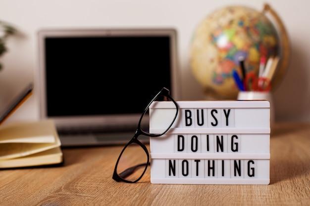 Un message sur le lieu de travail sur le bureau près de l'ordinateur et des lunettes lightbox avec l'inscriptio...