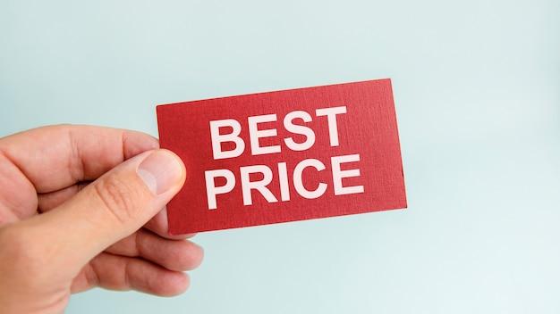 Message sur le meilleur prix du carton rouge, entre les mains d'un homme d'affaires. notion de financement.