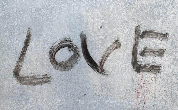 Message noir d'amour sur la texture du métal