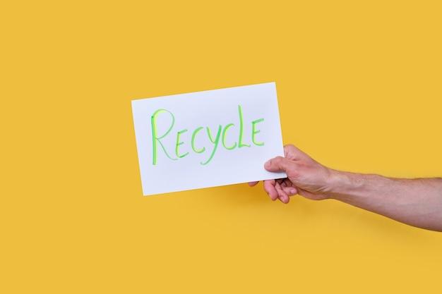 Message sur un panneau d'affichage blanc avec le mot recycler sur un fond isolé