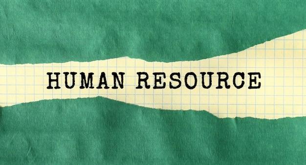Message de ressource humaine écrit sous papier déchiré vert.