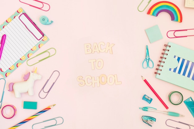 Message de retour à l'école avec des fournitures scolaires