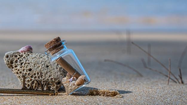 Message sos en bouteille sur pierre