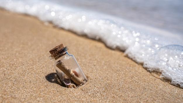 Message sos en bouteille sur la plage
