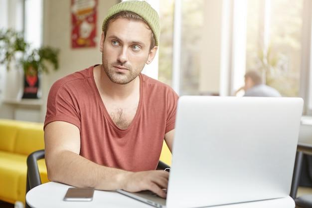 Message de types de jeune homme d'affaires attrayant élégant en ligne