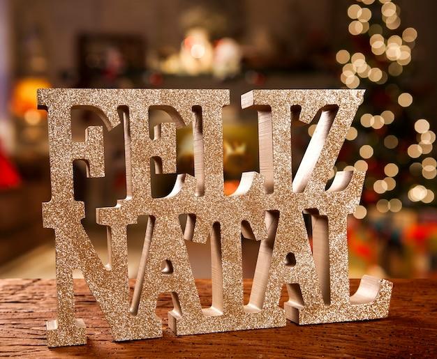 Message de voeux joyeux noël sur fond en bois. joyeux noël écrit en portugais. feliz natal.