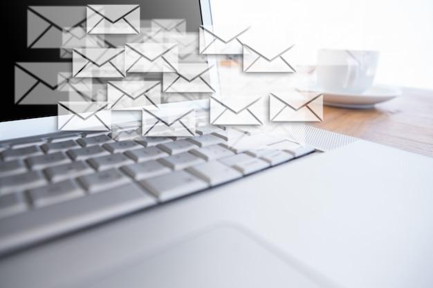 Les messages flottant à côté d'un ordinateur portable