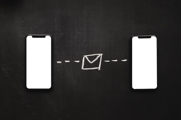 Messages texte dessinés à la main entre les deux téléphones portables sur tableau noir