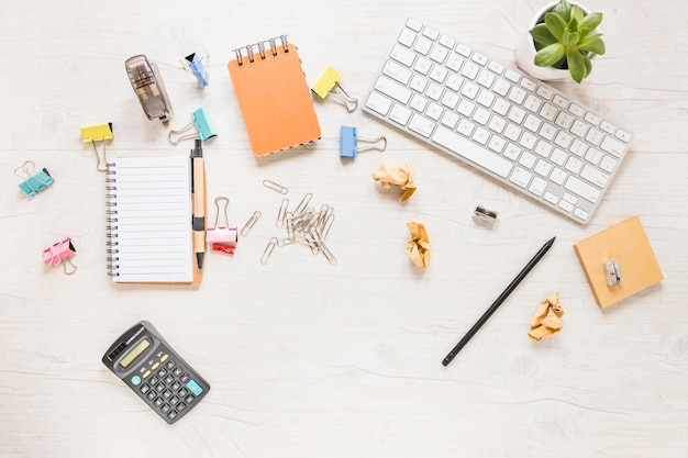 Messy desktop avec stationnaire et clavier