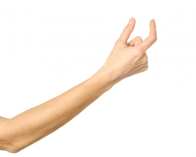 Mesure d'un objet invisible. main de femme gesticulant isolé sur blanc