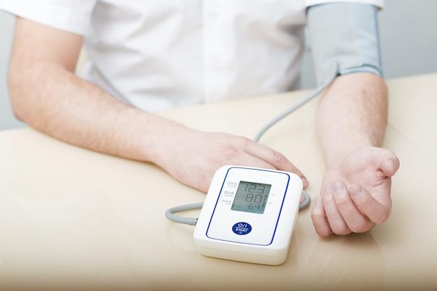 Mesure de la pression artérielle par un tonomètre électronique.