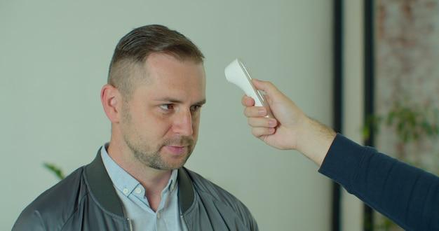 Mesure de la température corporelle covid pour le coronavirus