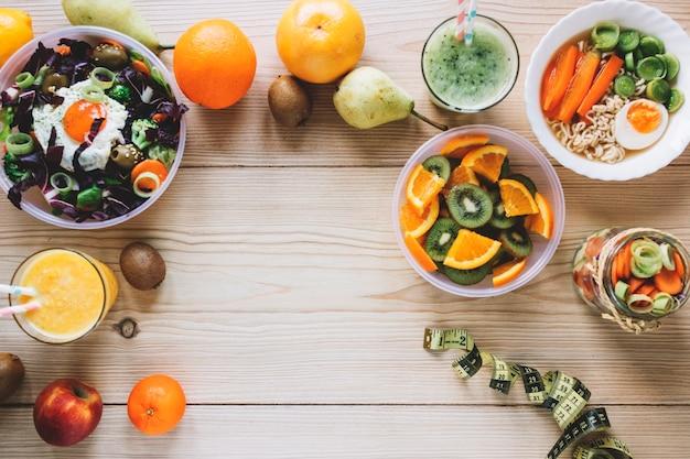 Mesurer le ruban adhésif près d'aliments sains