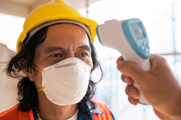 Mesurer la température des employés